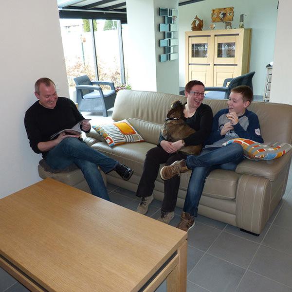 Aline, employée commerciale Alain, chef d'équipe et leur fils Julien.