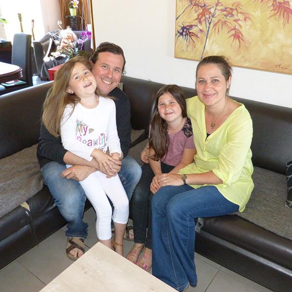 Cyrille, agent administratif, Jonathan, intermittent du spectacle, Gabrielle et Nathanaëlle, leurs filles.